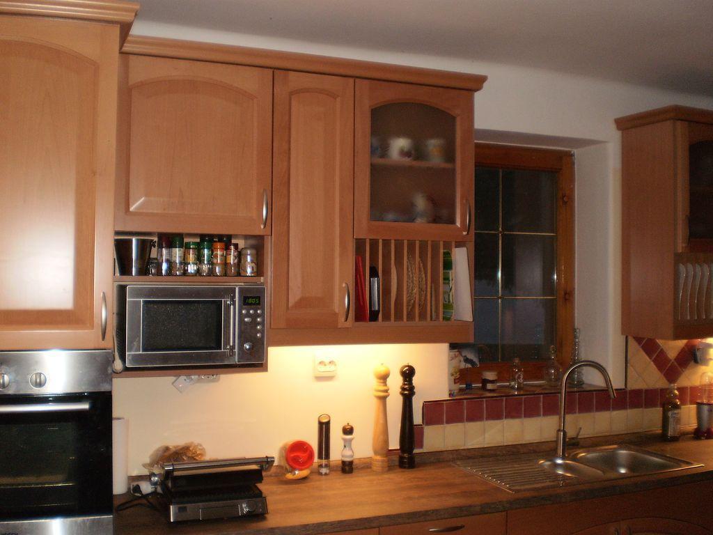 Egyedi konyhabútor tömör bükkfa ajtóval.